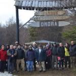 Delegación de la Universidad de Chile con investigadores del parque y alumnos del Liceo Donald McIntyre Griffiths en la entrada del Parque