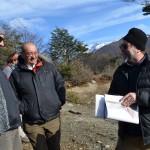 El Dr. Rozzi mostrando el sitio donde se emplazará el Centro Subantártico Cabo de Hornos
