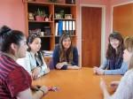 Katherine Ojeda, Yasna Cacabelos, María José Hernández y Karla Vargas conversando con la directora de Movilidad Estudiantil y Académica, Patricia Guerrero, previo a su viaje.