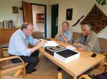 El Dr. Dariusz  Piwowarczyk, director del archivo del Instituto Anthropos (San Agustin, Alemania), el Dr. Markus Riendel de la Universidad de Bonn y el Dr. Mario Rivera de la Universidad de Magallanes, observando fotografías de la colección etnográfica de la Orden del Verbo Divino.