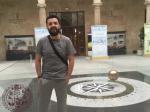 El Dr. Marcelo Mayorga en el Edificio Trilingüe, Facultad de Ciencias, Universidad de Salamanca, al fondo Péndulo de Foucalt.