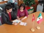 Alumno viendo documento por beca internacional