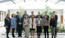Autoridades universitarias junto a ejecutivos de Banco Santander y beneficiados con beca de movilidad internacional.