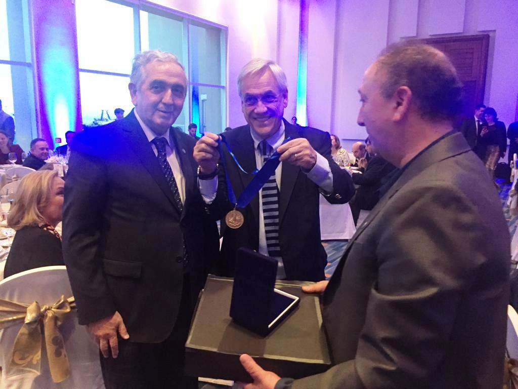 Rector de la UMAG entregó Medalla de los 500 años al Presidente Sebastián Piñera