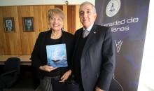 La Dra. Nelia Fonseca recibió un reconocimiento por su trayectoria de manos del rector de la UMAG Juan Oyarzo.