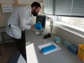 El tecnólogo médico Jorge González en proceso de secuenciación.
